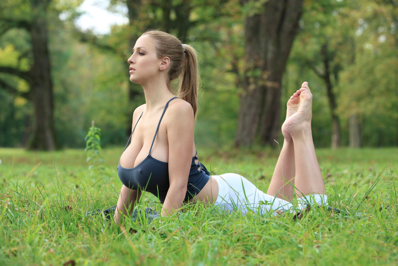 Jordan-Carver-Yoga-1