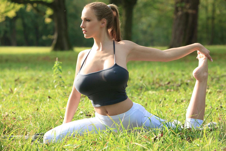 Jordan-Carver-Yoga-10