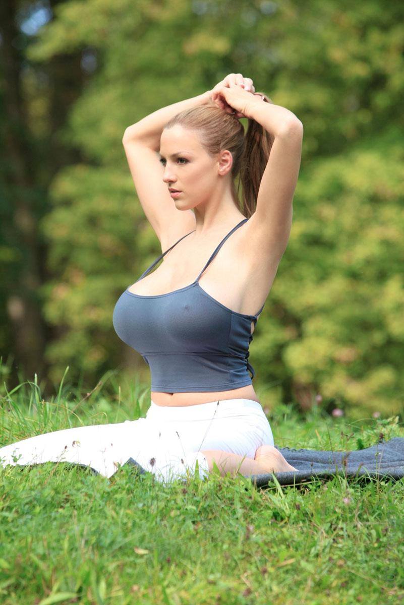 Jordan-Carver-Yoga-16