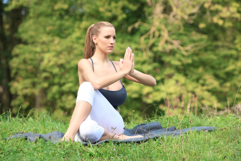 Jordan-Carver-Yoga-18