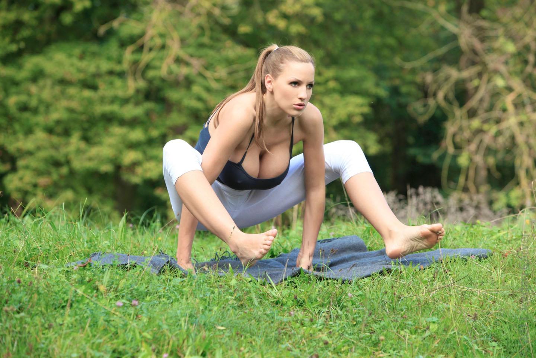 Jordan-Carver-Yoga-19