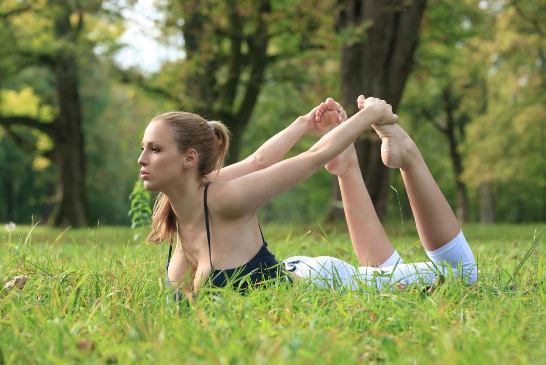 Jordan-Carver-Yoga-2
