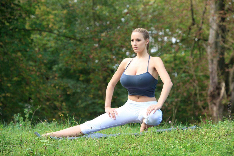 Jordan-Carver-Yoga-20