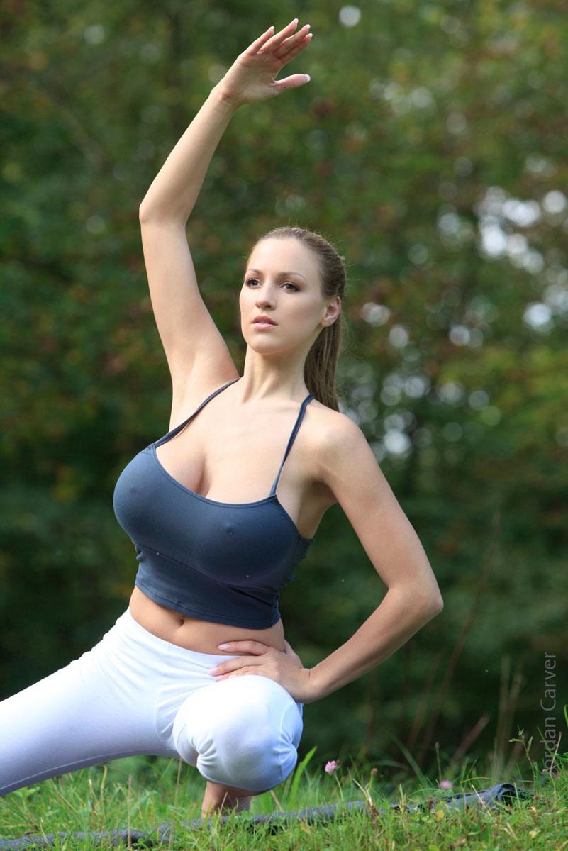 Jordan-Carver-Yoga-21