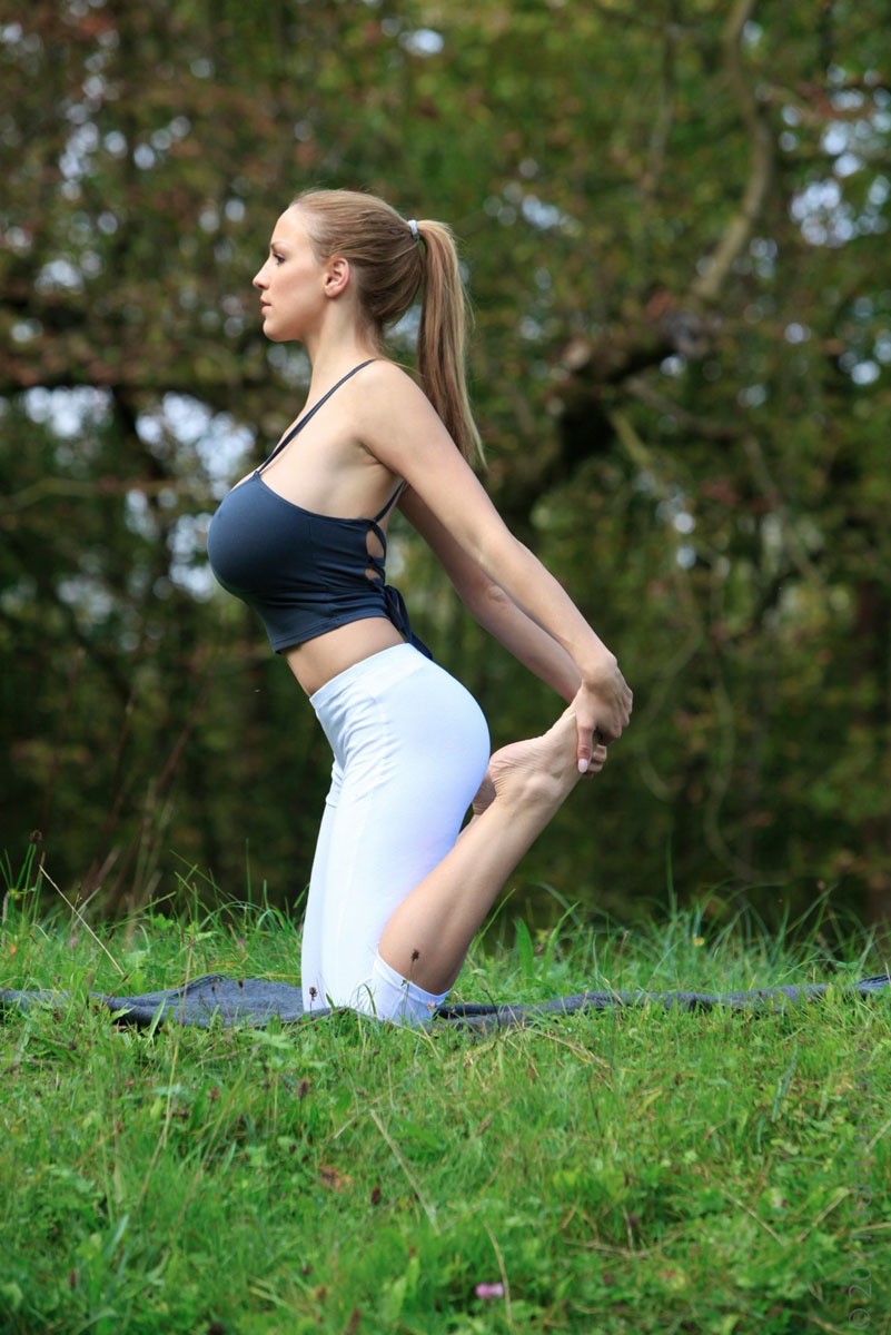 Jordan-Carver-Yoga-23