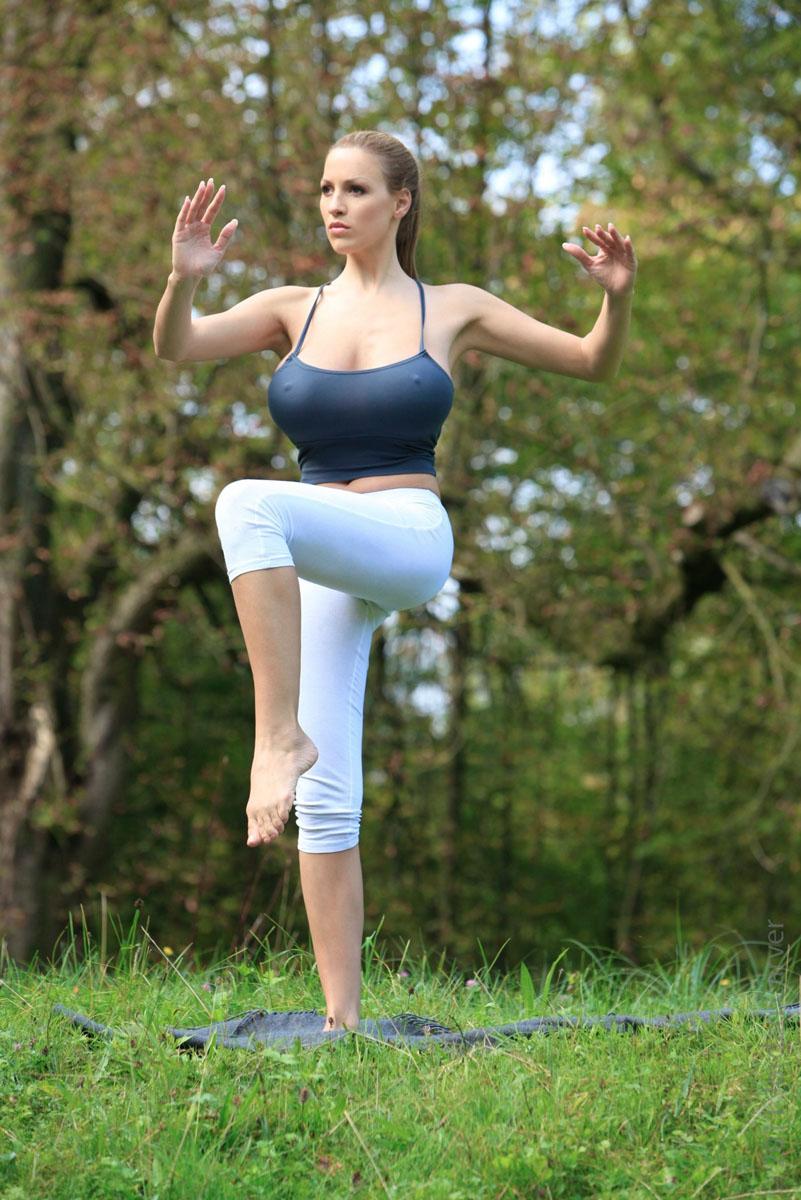 Jordan-Carver-Yoga-30