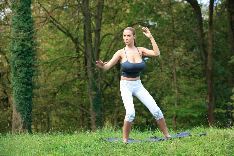 Jordan-Carver-Yoga-31