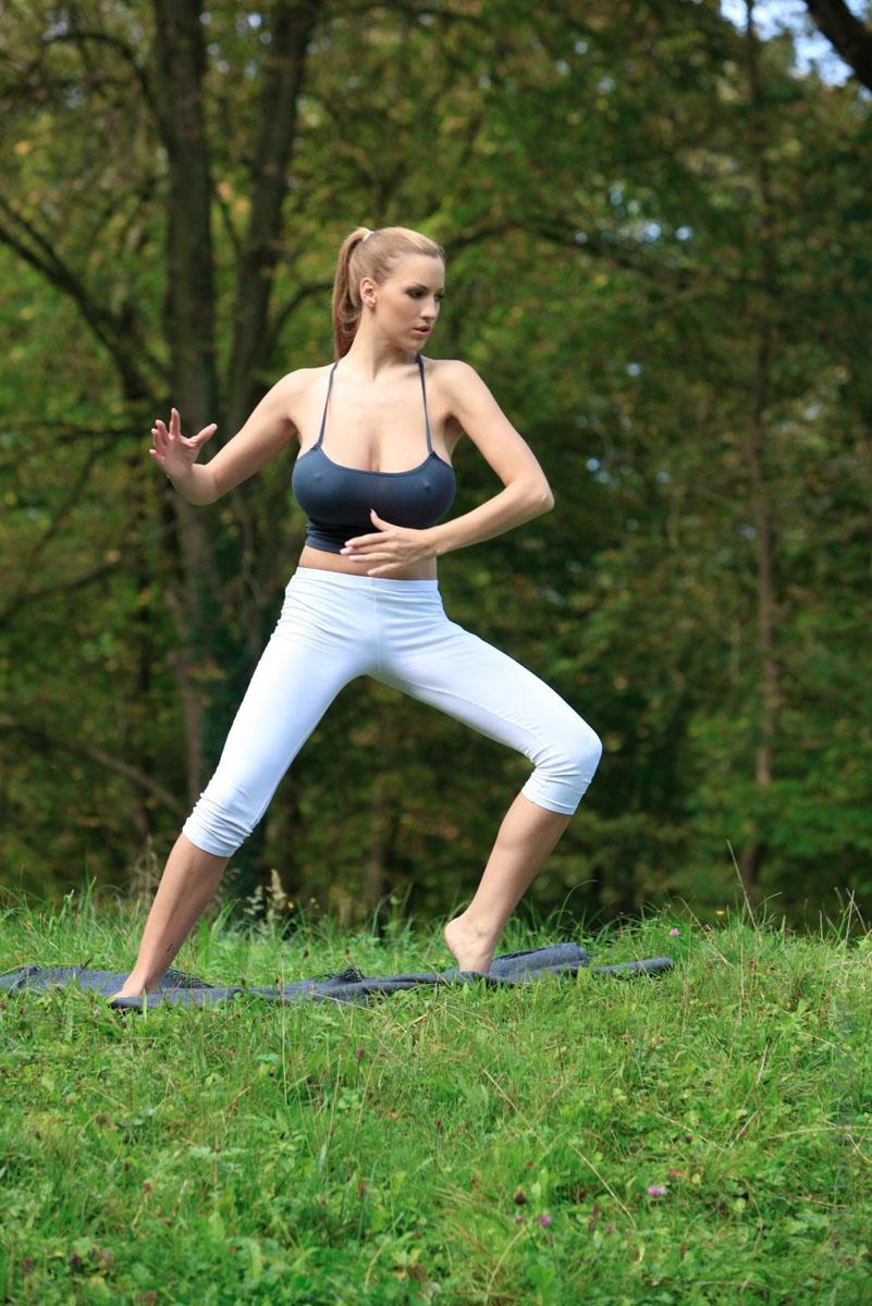 Jordan-Carver-Yoga-32