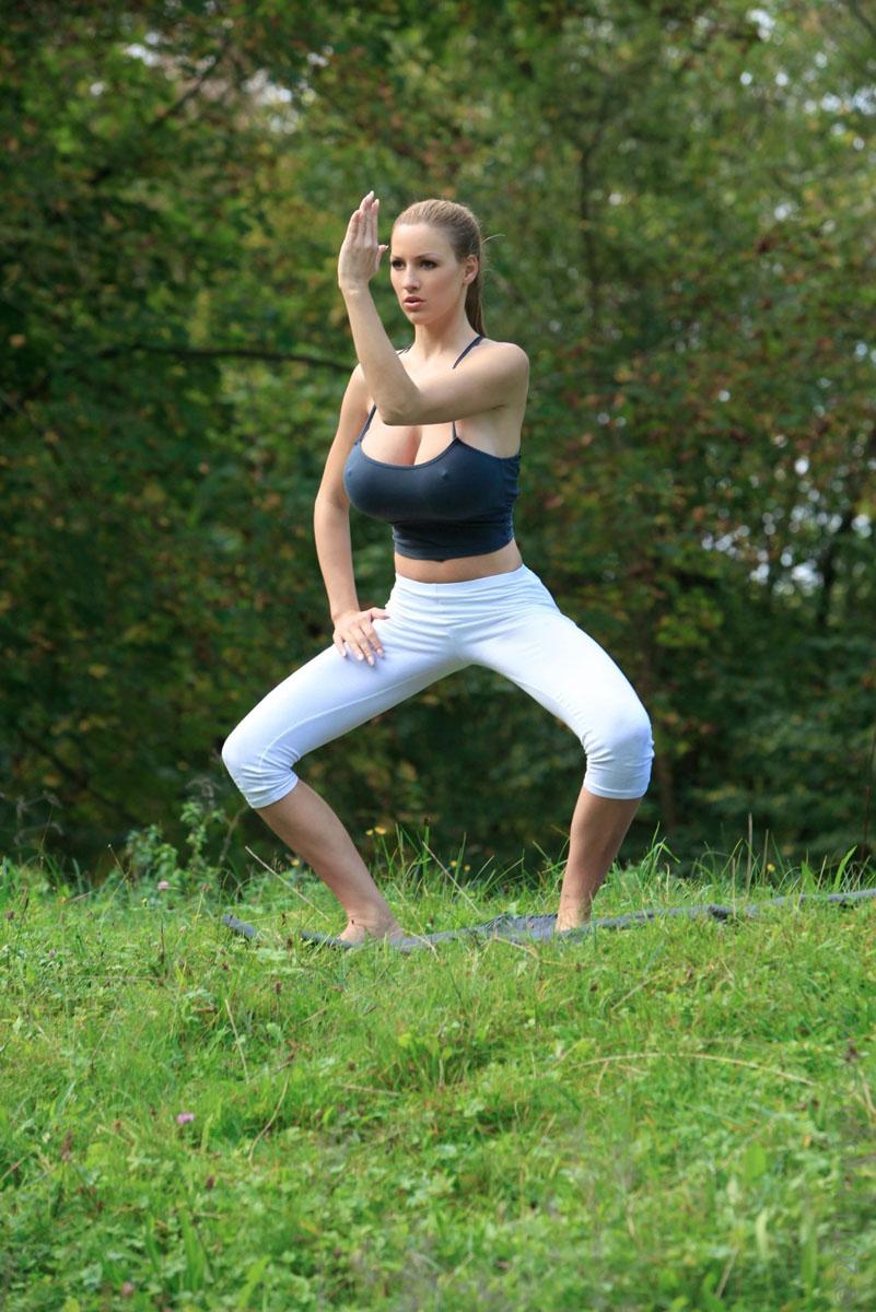 Jordan-Carver-Yoga-34