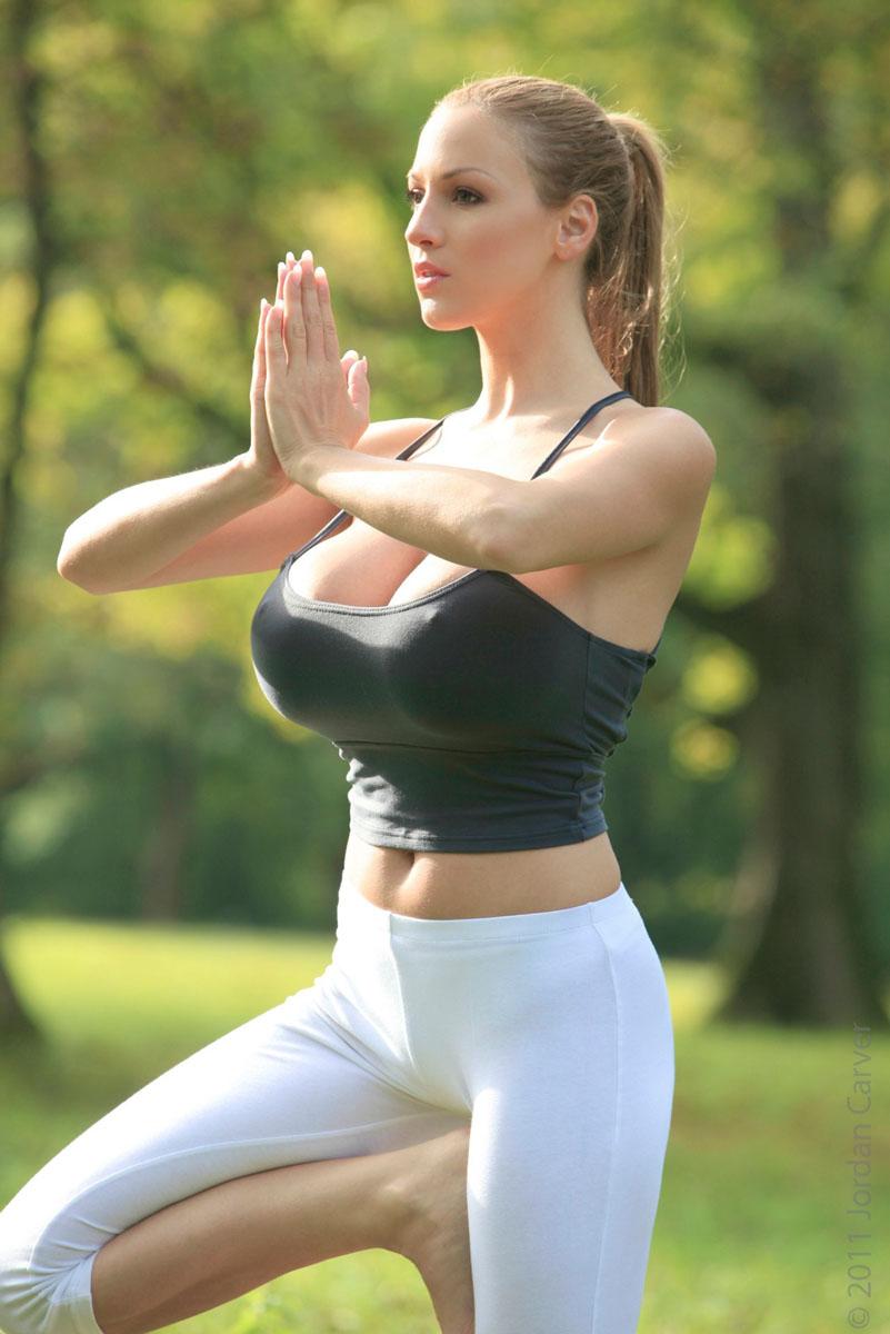 Jordan-Carver-Yoga-4