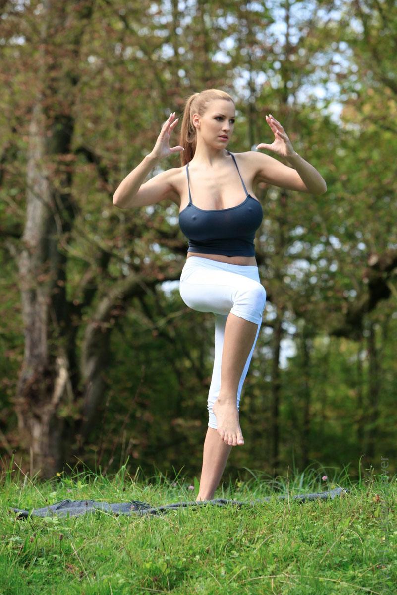 Jordan-Carver-Yoga-40