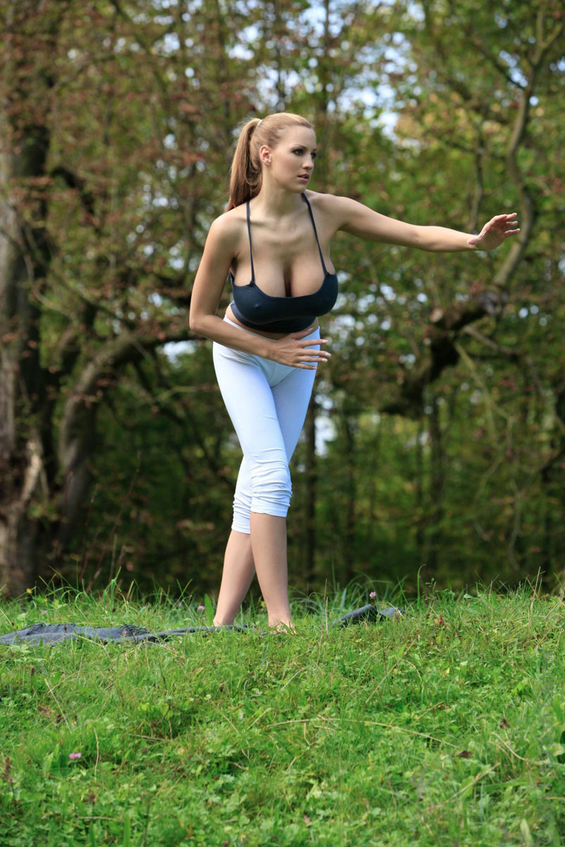 Jordan-Carver-Yoga-41