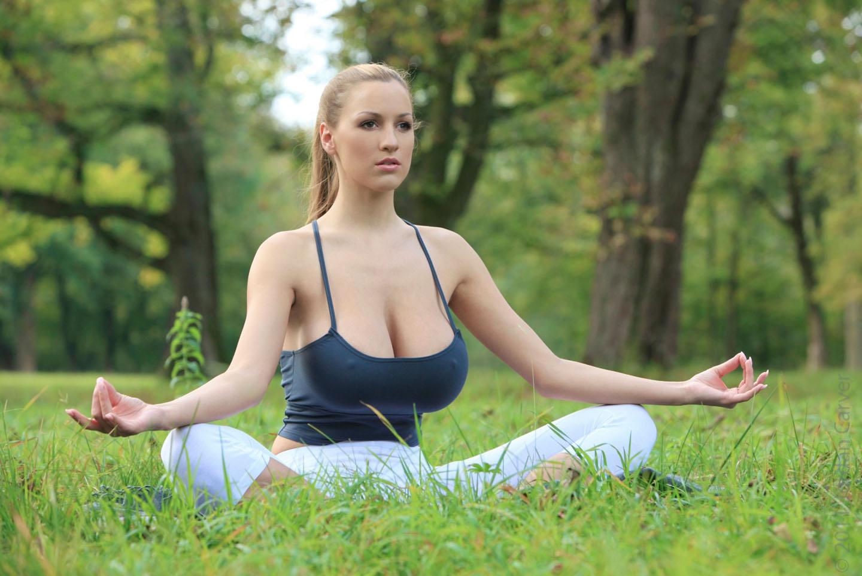 Jordan-Carver-Yoga-44